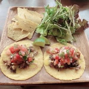 腰越の新店、ホームタコバー(HOME taco bar)でタコスランチ!ふんわりトルティーヤに包まれるNYスタイルのスモークミート、オリジナルハニーマスタードソースをかけて!